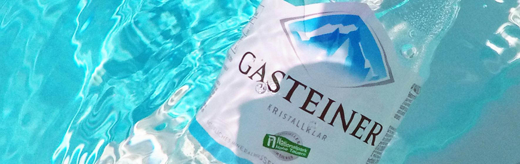 Gasteiner Flasche im Pool